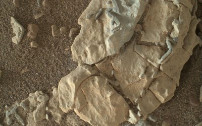 Mars rover looks closely at rocks